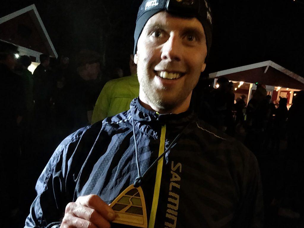 Nöjd deltagare som genomfört hela Skatåstrippeln under sista tävlingen för året, Skatås mörkaste.